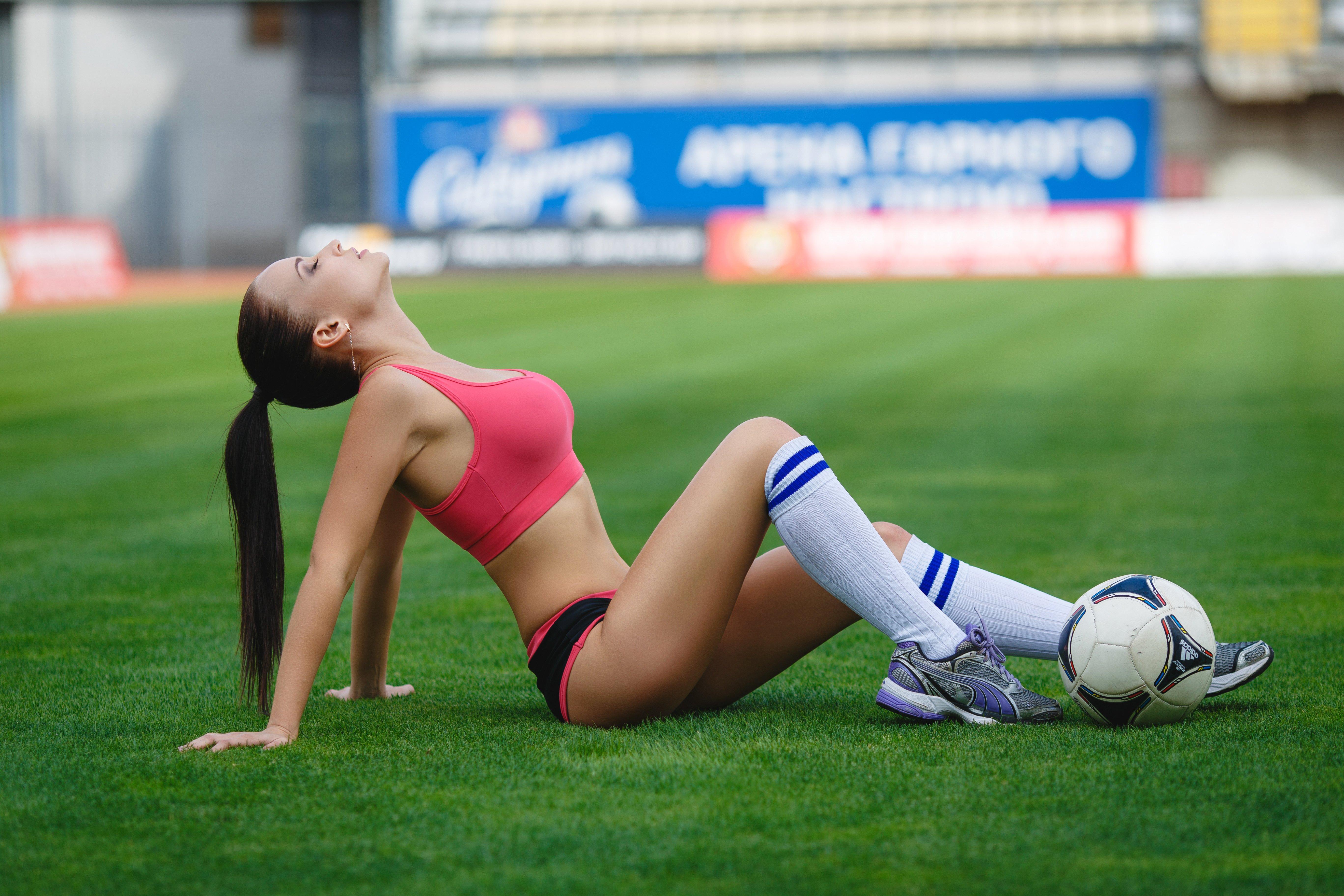 Женщина с мячом фото — photo 1